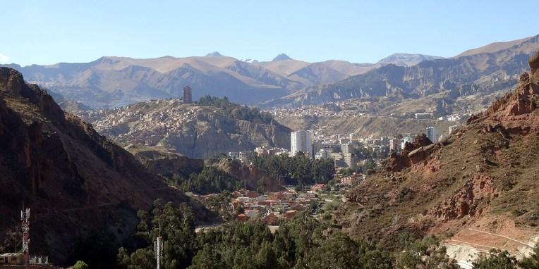LA PAZ / Une vue typique sur La Paz, une ville singulière et étrange qui s'étale entre 3600 et 4000m (!). Fondée dans le fond d'une vallée abrupte en 1548 par des mineurs en quête d'or, La majeure partie de la ville s'accroche comme elle peut sur les pentes escarpées jusqu'à rejoindre le sommet de la vallée et s'étaler sur le plateau (El Alto)