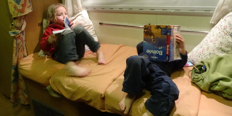 LA PAZ / Un soir, à l'hotel Oberland, Anna et Nils préparent eux aussi l'itinéraire :-)