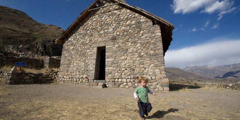 CANYON DE COLCA / Balade sur les hauteurs de Yanque : ruines de Uyo Uyo. La communauté de ce village a développé une architecture particulière pour l'accès aux maisons (portes étroites et hautes).