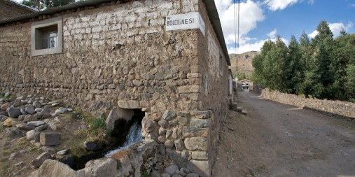 CANYON DE COLCA / A Coporaque, un canal passe sous une petite dizaine de maison