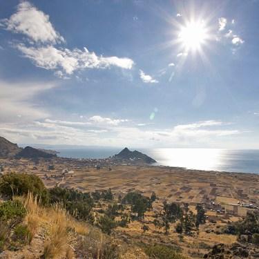 COPACABANA / Le lac et la ville à l'abri du vent au pied de la colline