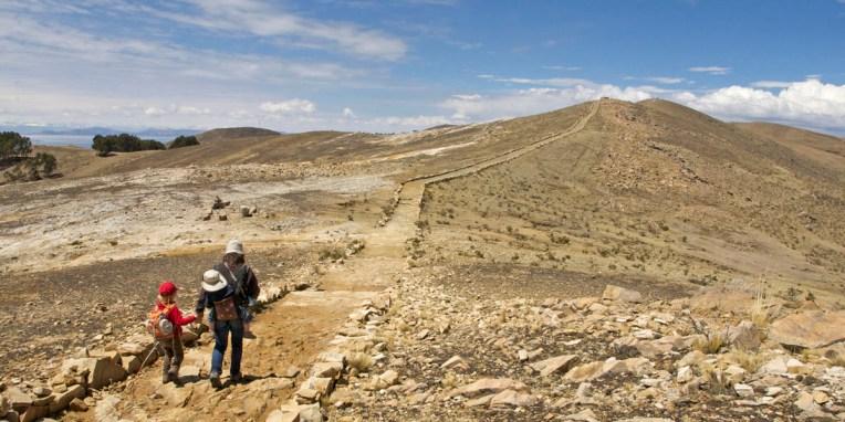 LAC TITICACA / Sur le sentier entre les pointes nord et sud de l'ile. Il y aura trois bolleterias (péages) sur le chemin