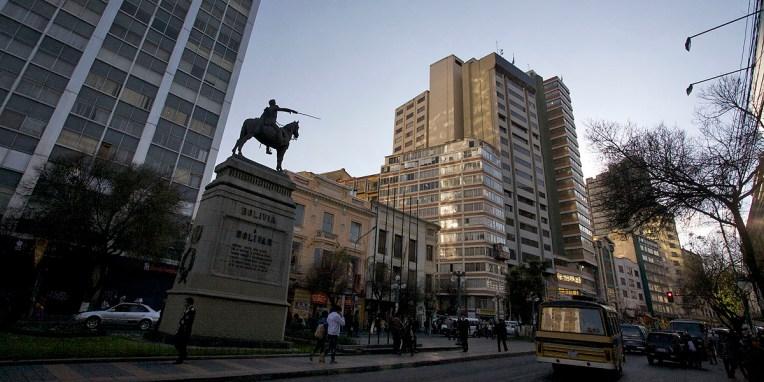 LA PAZ / La statue de Simon Bolivar, surnommé El libertador. C'est lui qui poussa en août 1825 l'Alto Peru a déclarer son indépendance à l'égard du Pérou. La nouvelle république fut appelée Bolivia, du nom de ce libérateur