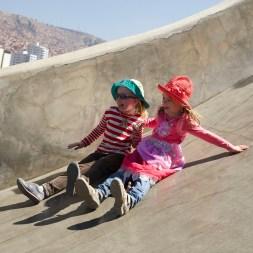LA PAZ / Anna et Ellie descendent un toboggan géant du parc Laikakota