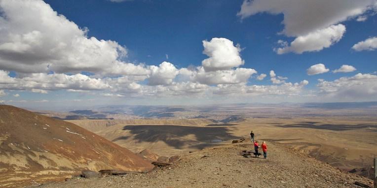 CERRO CHACALTAYA / Haut de 5395m, ce sommet est accessible en 1h30 depuis le centre de La Paz qu'on peut apercevoir à l'horizon. La route est escarpée et peut-être plus dangereuse que la fameuse Route de la mort… Il y avait ici le plus haut domaine skiable au monde jusqu'à ce que le glacier termine de fondre en 2009. De son sommet, on jouit d'un panorama superbe sur La Paz, le lac Titicaca et le fameux Huayna Potosi (6088m).