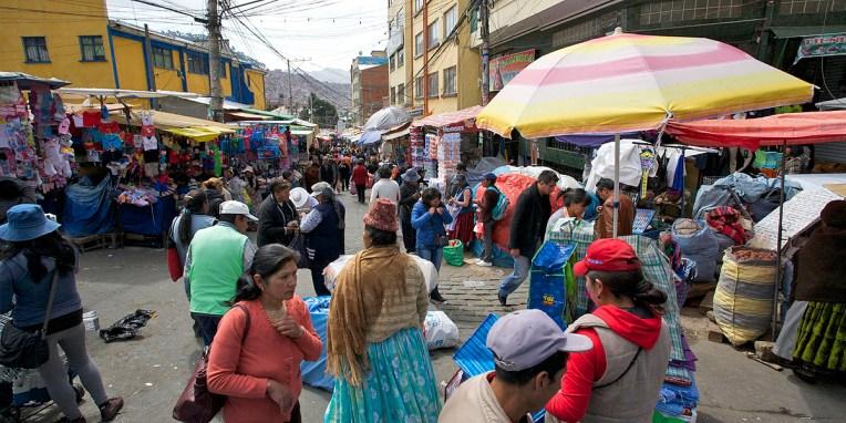 LA PAZ / L'un des nombreux marchés survoltés pacenos. C'est à chaque fois un véritable concert de cris, odeurs, klaxons et scènes de la vie ordinaire bolivienne. Chaque quartier a sa spécialité : la calle Eloy Salmon regorge de boutique d'électronique où je trouverai mon nouveau portable.