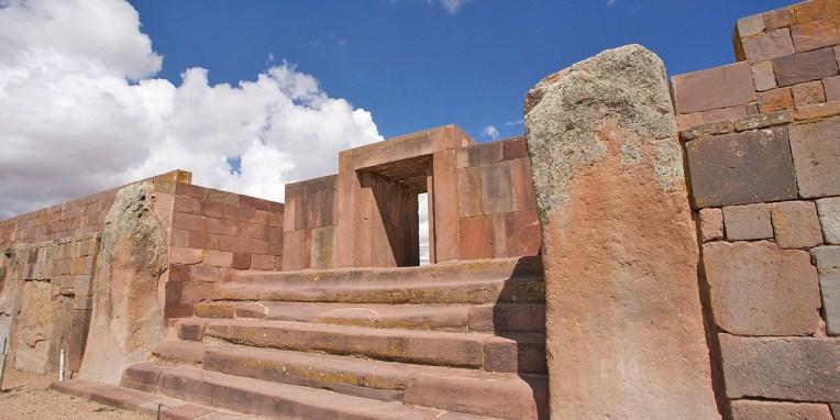 TIWANAKU / Escalier monumental dont les deux dernières marches sont taillées dans un sol bloc !