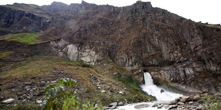 Entre Santa Teresa et Hydroelectrica / Cette montagne a été percée de tous les côtés pour un projet hydroelectrique : ici c'est une ouverture de 5m de côté qui laisse s'échapper une quantité phénoménale d'eau