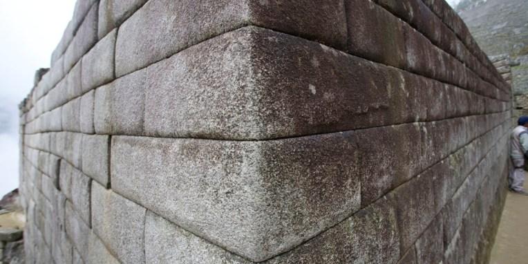 MACHU PICCHU / Ajustement au mm d'un mur inca