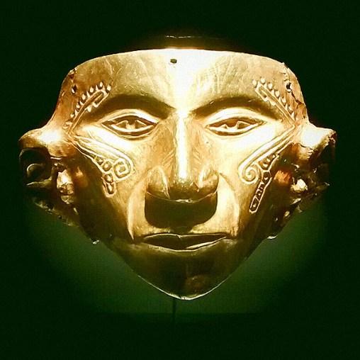 BOGOTA / Museo del oro : un superbe musée consacré au travail de l'or par les sociétés vivants dans le territoire actuellement connu comme la Colombie, avant le contact avec l'Europe. Y est évoqué à plusieurs reprises le rôle important du chaman qui dans sa transe hallucinatoire découvrait les secrets du cosmos et contrôlait les forces qui régulent la vie.