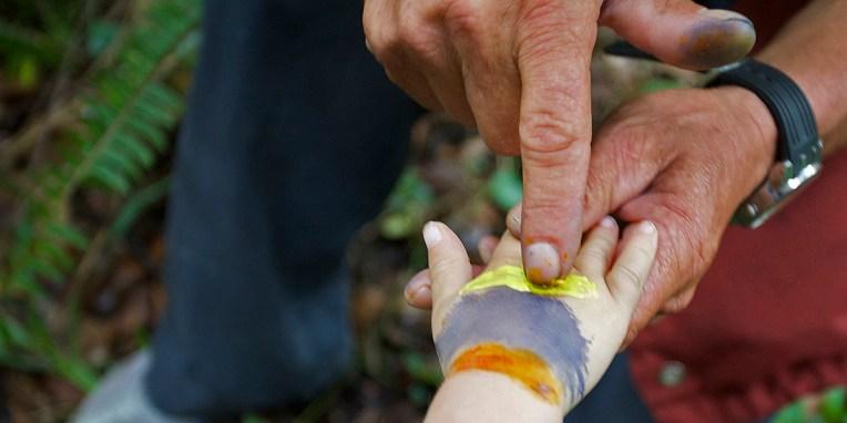 SAN AGUSTIN / Parc archéologique - le drapeau colombien dessiné à l'aide de teinte naturelles (jus de fruit et sève)