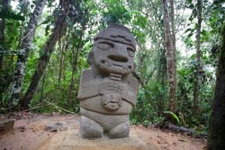 """SAN AGUSTIN / Parc archéologique : une femme porte un sac de feuille de cocas. Les shamans étaient les seuls capables de mettre en contact le monde de l'homme avec les autres. Ils avaient la capacité de """"voyager"""". Certain prétendent que les shamans des différents continents étaient en contact lors de ces voyages..."""