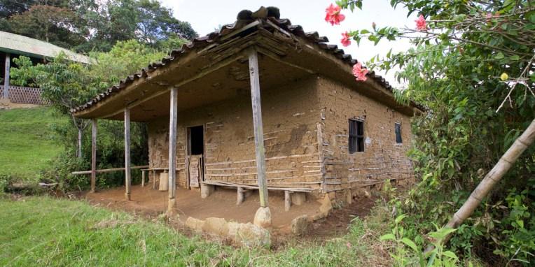 SAN AGUSTIN / Parc archéologique : maison traditionnelle de la région sud ( structure en bambou, remplissage d'adobe entre les deux parois du mur et crépi à la boue