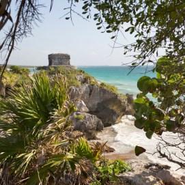 TULUM / Edifice le plus emblématique, « El Castillo » se trouve au bord d'une falaise d'où l'on peut admirer les eaux turquoise de la mer