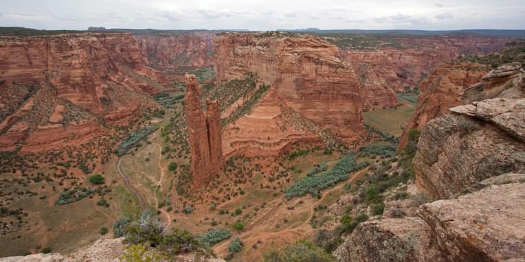 CANYON DE CHELLY / Les Anasazis occupèrent le Canyon de manière continue depuis le début de l'ère chrétienne jusque vers 1300 puis les Navajos s'installèrent à partir de 1700 pour y faire paître leurs troupeaux et pratiquer une agriculture rudimentaire