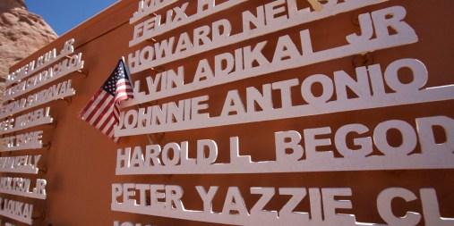 WINDOW ROCK / Au pied de Window Rock est érigé un monument à la mémoire des Codes Talkers. Durant la Seconde Guerre mondiale, après l'attaque de la base navale américaine de Pearl Harbor, les communications internes étaient de plus en plus piratées par l'ennemi. L'armée eu l'idée de faire passer ces communications cruciales en langue navajo, langue très difficile à décoder, et 425 autochtones ont été entraînés à cet effet. Ce fait d'armes des autochtones américains a été tenu secret jusqu'en 1968.