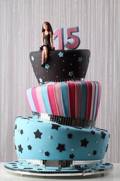 bolos-de-15-anos-3-andar-rosa-claro-com-rosa-pink-preto-e-azul-claro