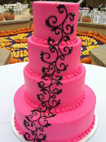 bolos-de-15-anos-4-andar-rosa-pink-com-detalhes-preto