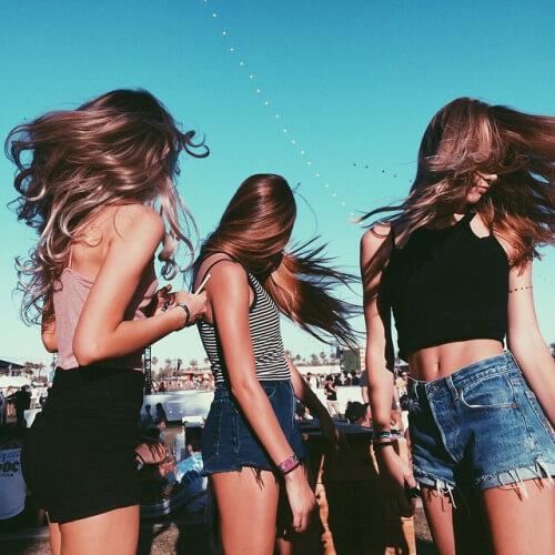 trio-de-amigas-cabelos-ao-vento