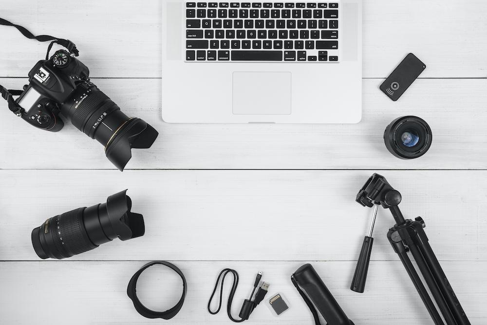 ordenador rodeado de material de periodistas