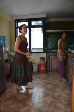 2013'VIII. Bailando danza nepalí en la cocina con Didi.