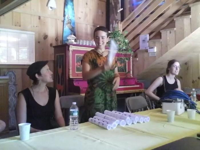 2011'IX. Estreno de '25 Ciudades 50 calles' - repartiendo partituras, con Johanna y Megan