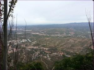 Vista hacia abajo, con Monistrol y el río Llobregat