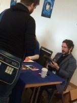 Paul McGann bestaunt eine Ausgabe der Hornblower-DVD-Box
