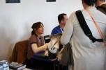 Catrin Stewart beim Signieren.