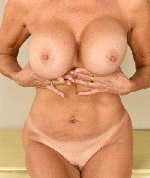 Amelia har stora bröst