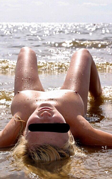 Linas nakna kropp i vattnet