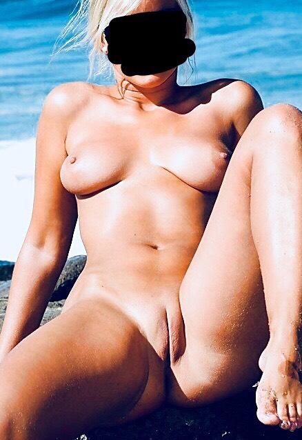 Lina är naken och visar fittan