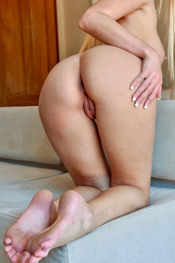 Lina visar sin nakna baksida