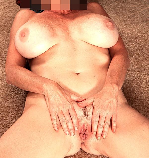 Amelia visar fittan och vill ha erotik