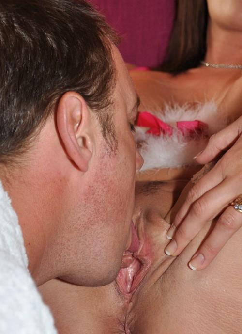 Han slickar klitoris på ett härligt sätt