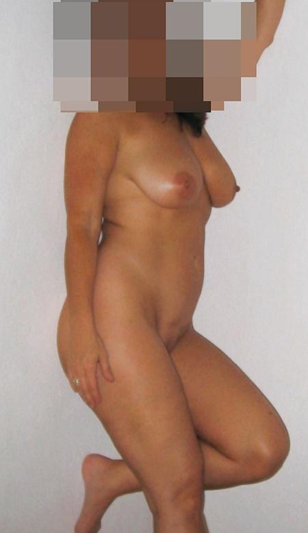 Amelia är naken och sexig