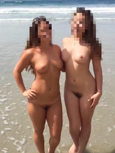 Eva och Anna är nakna och visar fittan