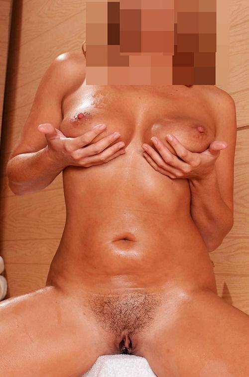 Sandra visar sin nakna kropp
