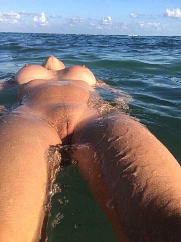 Lina njuter när hon badar naken i havet