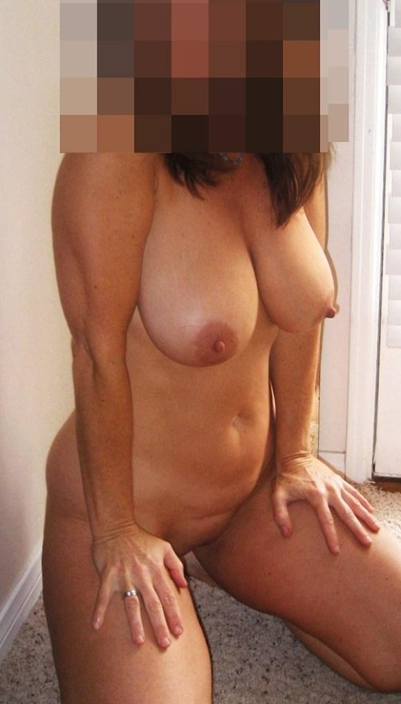 Amelia är kåt och naken