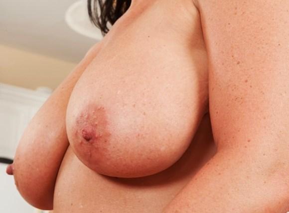 Amela visar sina bröst