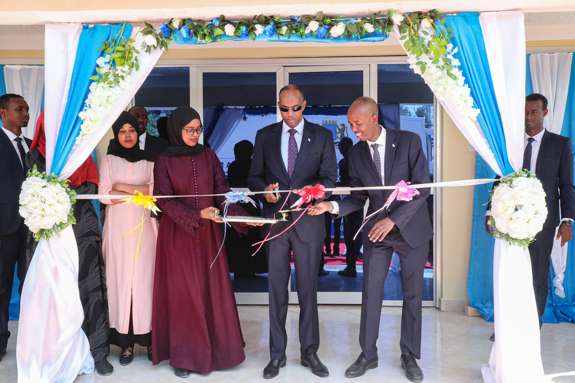 Prime Minister Kheyre cuts the ribbon of the Ministry of Labour and Social Affairs after reconstruction