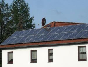 Sharp Photovoltaikanlage auf einem Ostdach