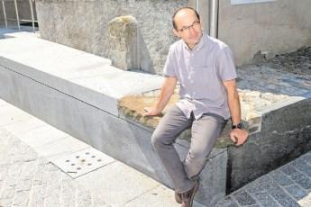 L'architetto Franco Patà sulla pioda su cui sedeva suo nonno