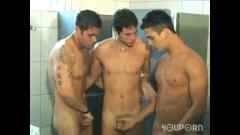Amigos se pegando no banheiro
