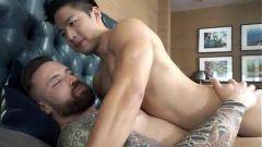 Asiático sendo fudido por pirocudo musculoso gostoso