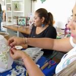Mujeres del sector pesquero hacen artesanías con piel y escama de pescado