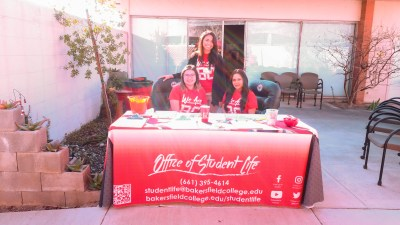 Students at the Office of Student Life table.