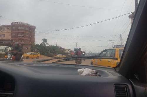 Aventure dans un taxi au Cameroun