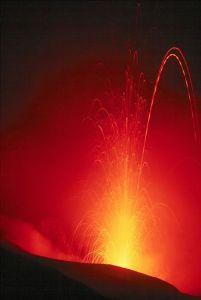 Eruption des Stromboli (Isolde Eolie, Italien). Photo by Wolfgang Beyer, GNU Free via Wikimedia